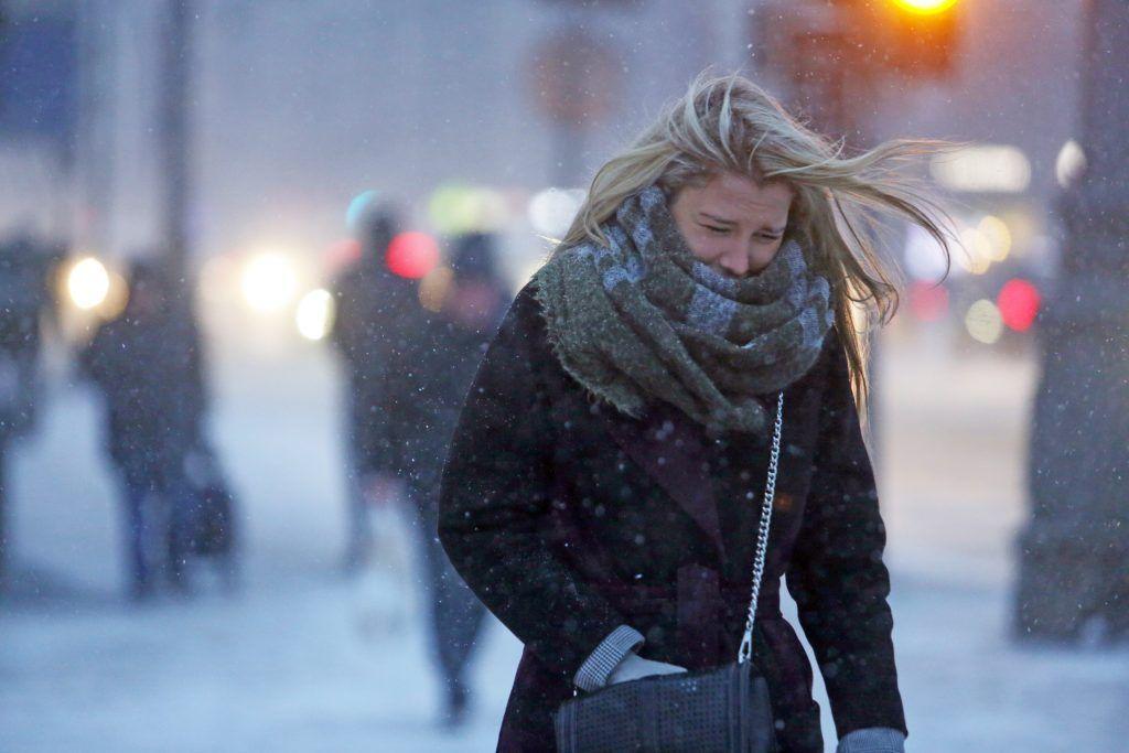 Москвичам пообещали снег и сильный ветер