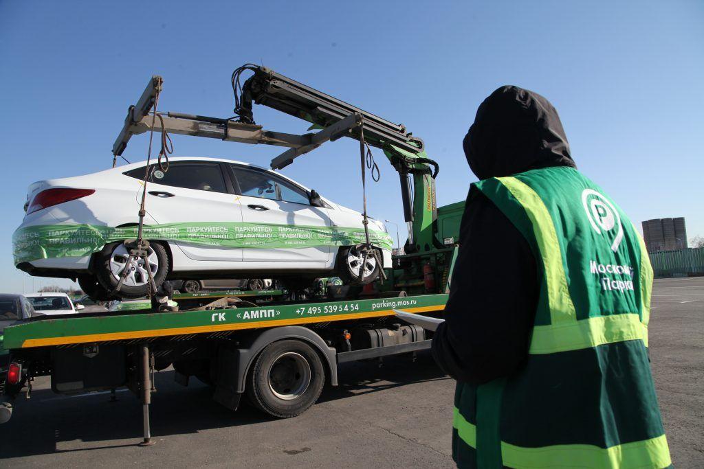 Машину главного нарушителя парковки в Москве эвакуировали девять раз за год