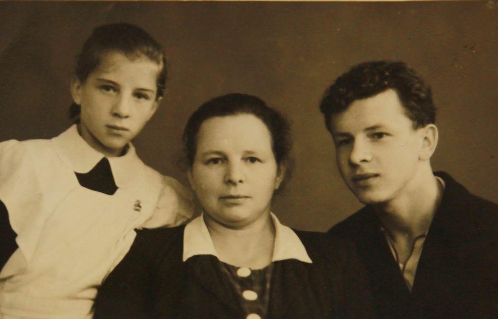 1948 год. Зинаида с мамой Анастасией и братом Павлом. Фото: личный архив