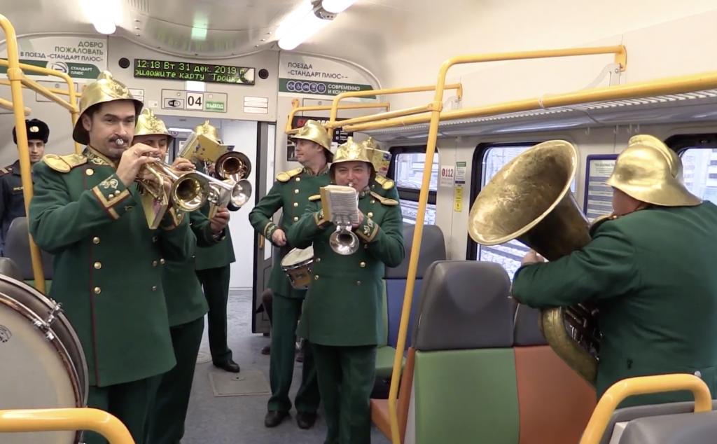 Сотрудники МЧС Москвы поздравили пассажиров МЦД с Новым годом