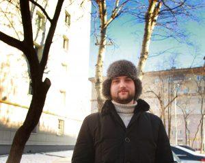 8 февраля 2020 года. Житель дома 46/2, строение 1, на улице Мытная Антон Азерников показывает, как сотрудники «Жилищника» провели кронирование деревьев. Фото: Наталия Нечаева