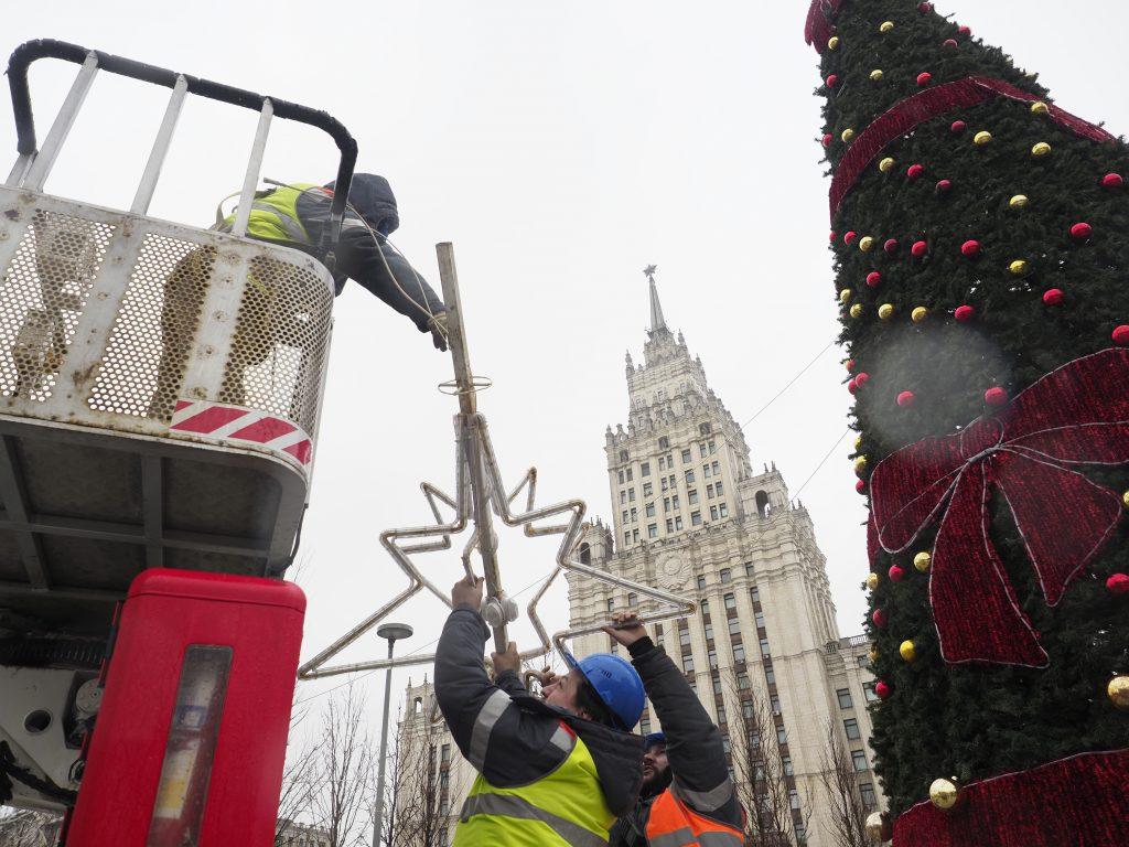 Фотофакт: новогодние украшения начали убирать в столице