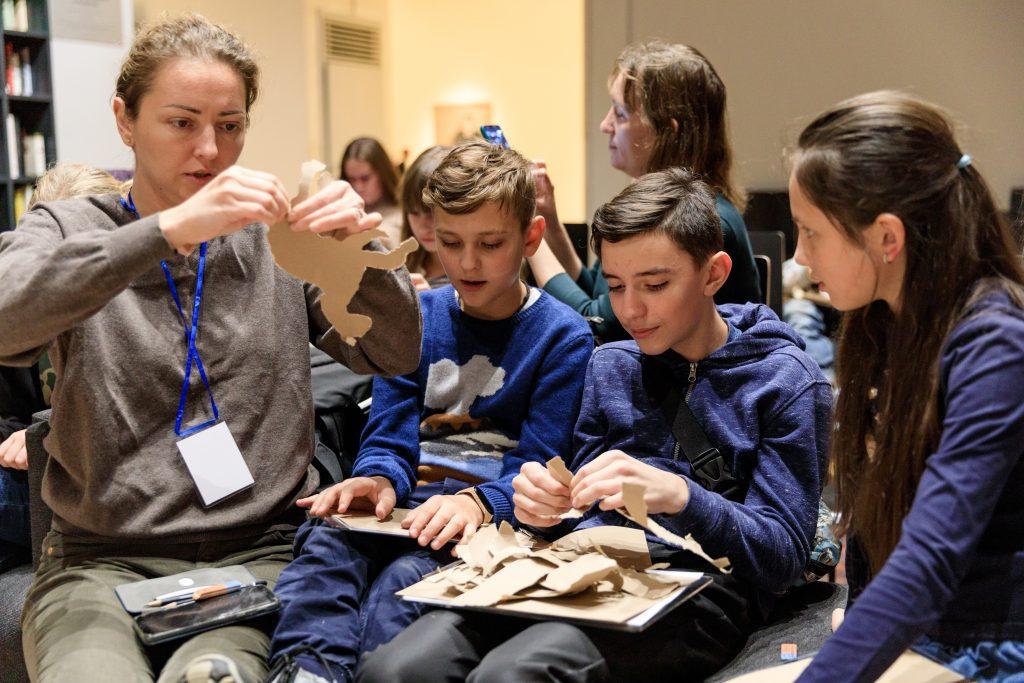 На семейные мастер-классы можно прийти с детьми в выходные. На занятии говорят об искусстве и создают интересные поделки. Фото: пресс-служба Новой Третьяковки