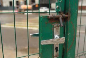 Дверь после ремонта не открывается от одного прикосновения. Фото: Наталия Нечаева, «Вечерняя Москва»