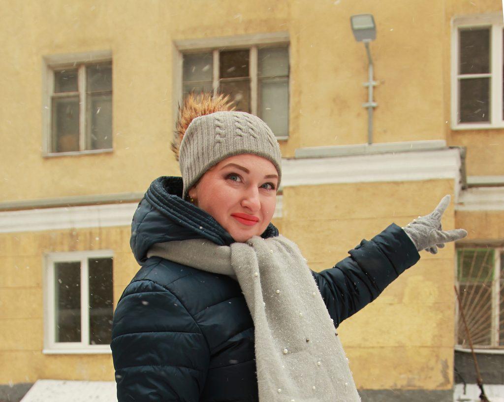 6 февраля 2020 года. Жительница дома № 3 в Капельском переулке Татьяна Павлова каждый день проходит около дома № 13. Она довольна тем, что управа быстро отреагировала на просьбу установить дополнительный фонарь. Фото: Наталия Нечаева