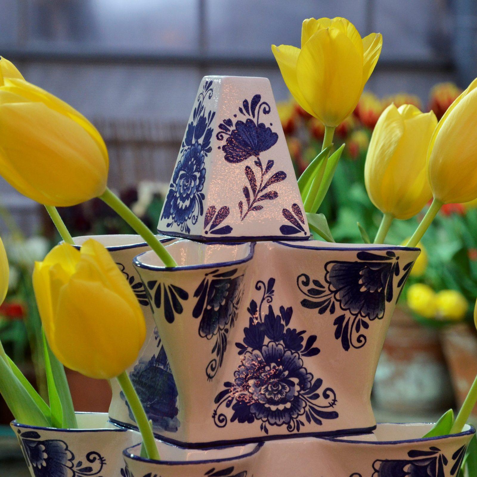 Репродукции делфтского фарфора. У ваз несколько горлышек, что позволяет в каждое из них вставить по одному тюльпану. Фото: Анна Быкова