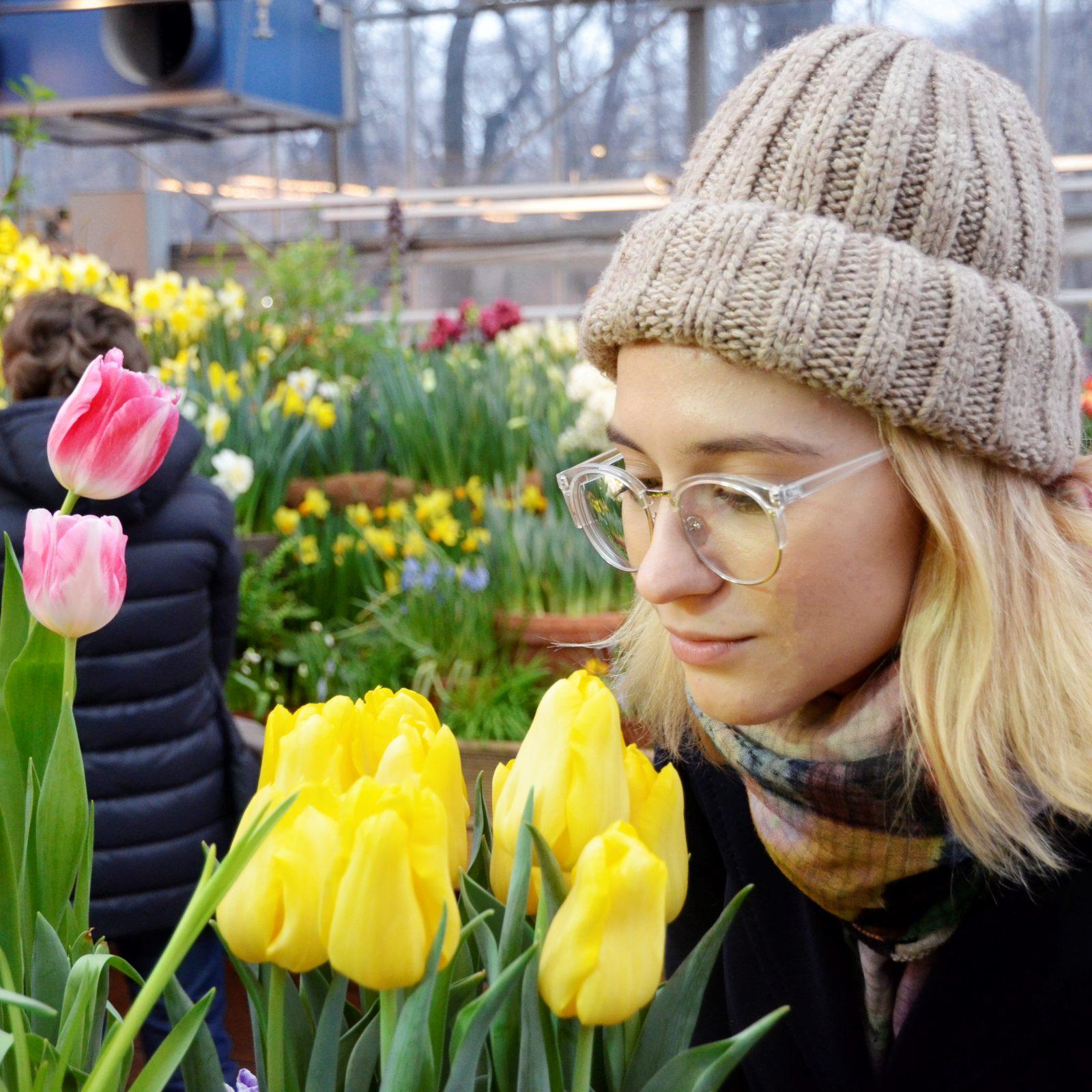 Корреспондент «Москва.Центр» пытается научиться различать сладкие, свежие и другие оттенки запахов тюльпанов. Фото: Анна Быкова