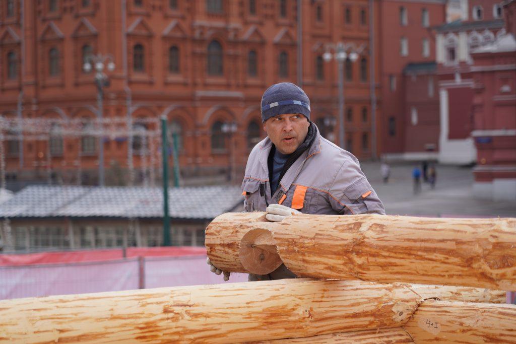 Монтаж декораций для фестиваля«Московская масленица» организовали на Манежной площади