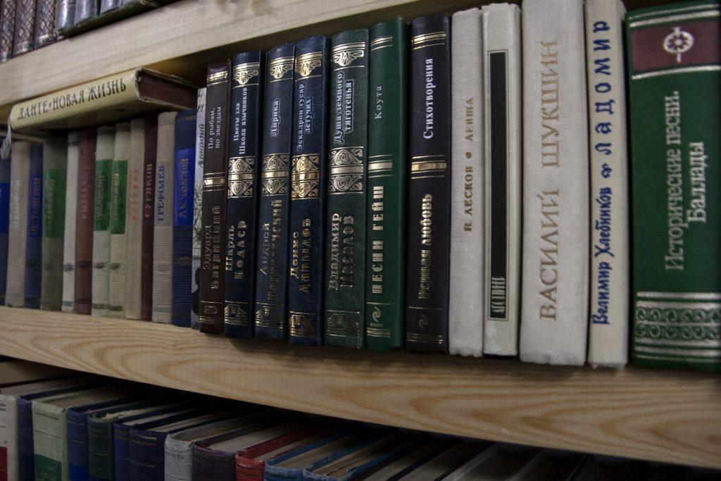 Посетители найдут на полках книжных лавок представлены произведения классики, антиквариат и современные новинки. Фото: Дмитрий Благодырь