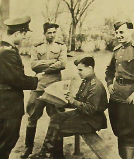 Владимир Брагинский (слева) вместе с подчиненными читает газеты. Фото из личного архива