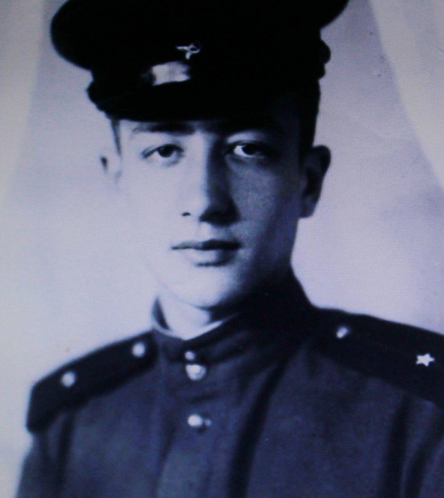 1950-е годы. Он же в звании командира взвода курсантов авиационного училища в Батайске. Фото из личного архива