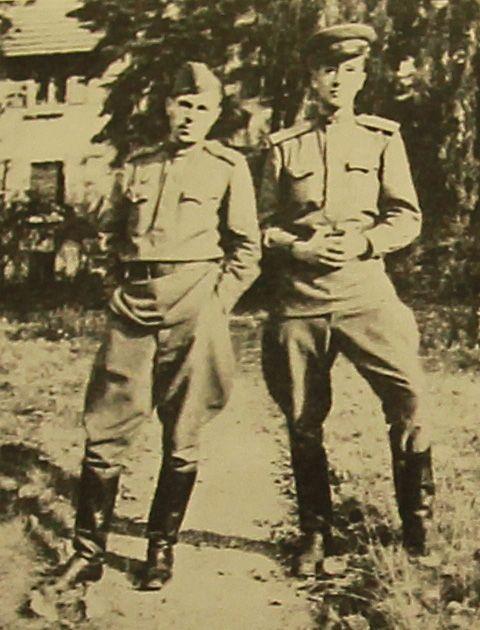 1945 год. Владимир (справа) вместе с сослуживцем-переводчиков в Германии. Фото из личного архива