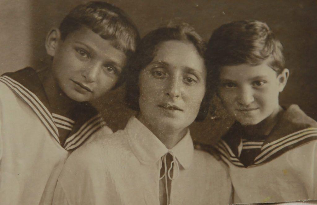 1930-е годы. Мама Миры Софья Иосифовна с сыновьями — Ефимом (слева) и Мироном (справа). Фото из личного архива