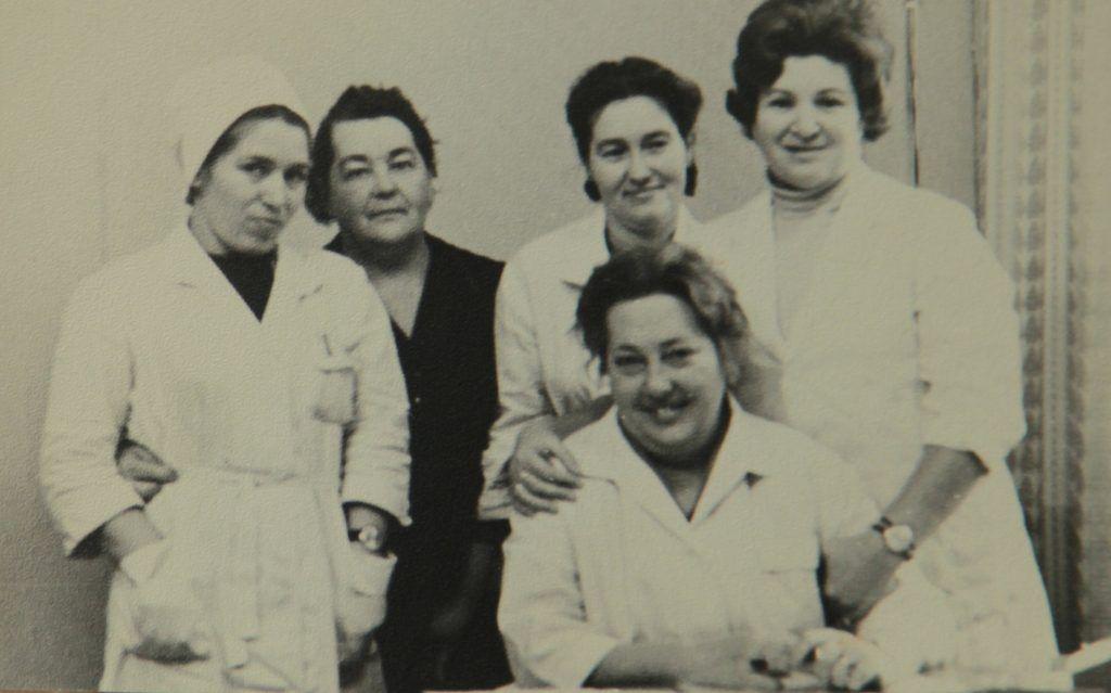 1960 год. Терапевт Мира Григорьевна (крайняя справа) вместе с коллегами в московской больнице № 18. Фото из личного архива