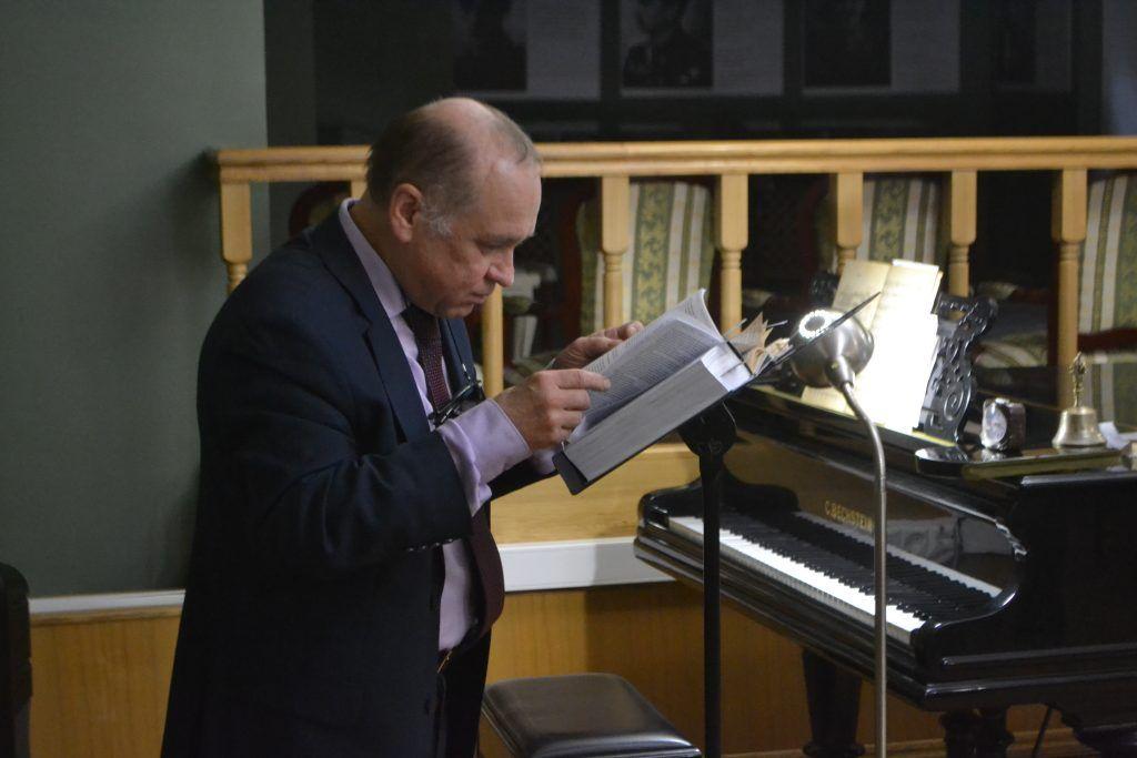 Александр Казанцев выискивает наиболее интересные моменты из книги с письмами Есенина. Фото: Ирина Кошелева