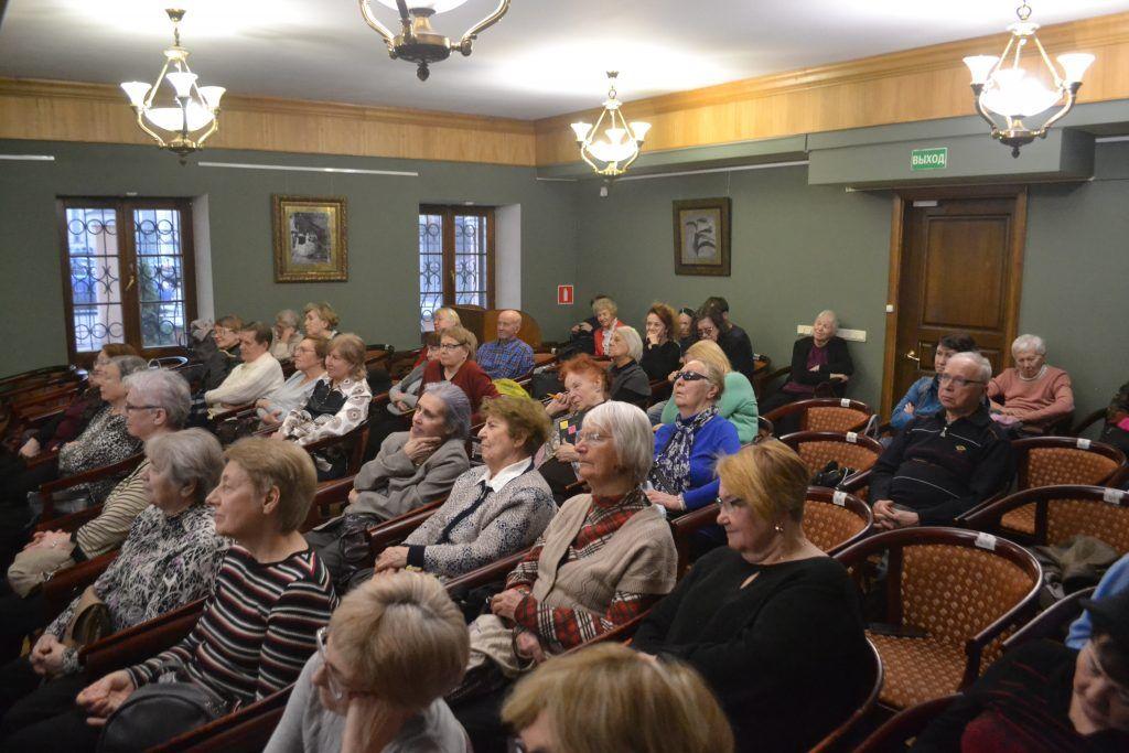 Мероприятие собрало полный зал. Гости с интересом слушают рассказ о Есенине. Фото: Ирина Кошелева
