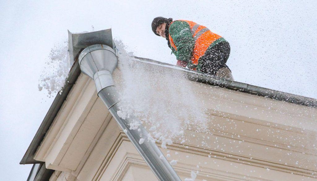 Кровли домов в Мещанском районе очистили от снега