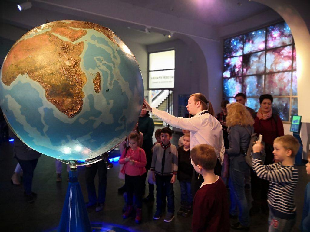 Экскурсовод Александр Молоствов рассказывает о планете Земля рядом со старейшим глобусом в России. Фото: Зифа Хакимзянова