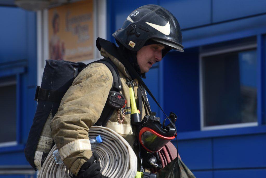 МЧС потушило пожар в торговом центре на западе Москвы