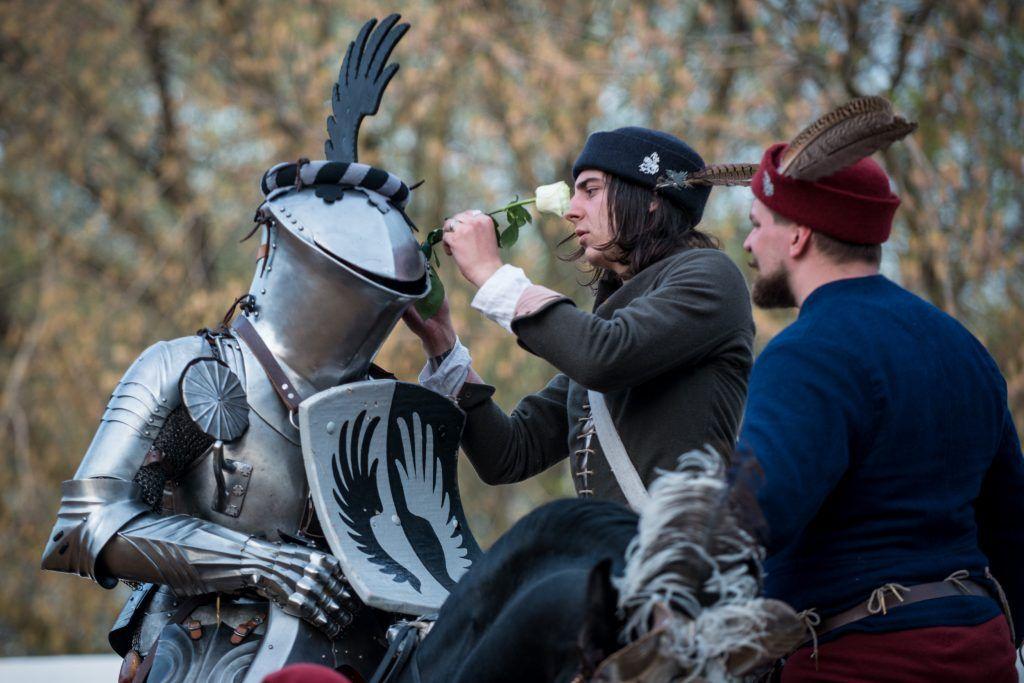Рыцари, поэты и стиляги поздравят москвичек с 8 марта