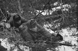 1942 год. Связисты прокладывают телефонный кабель. Фото: Борис Вдовенко/РИА Новости