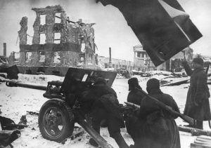 Ноябрь 1942 года. Советские артиллеристы во время одного из уличных боев в Сталинграде. Фото: РИА Новости