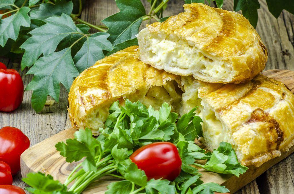 Сырный пирог из слоеного теста. Фото: Валентин Звегинцев, «Вечерняя Москва»