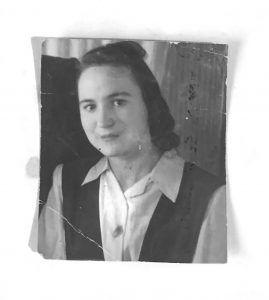 Александра Савина на сетевязальной фабрике, 1944 год. Фото из личного архива
