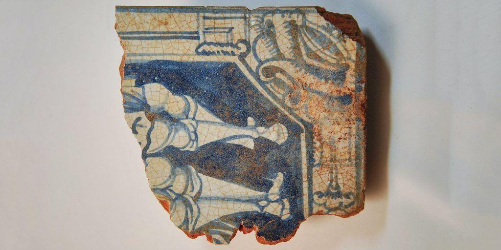 Чернолощеный кувшин и древние изразцы: археологи отреставрировали находки из Замоскворечья