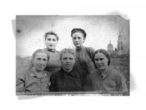 Александра Савина с коллегами по цеху, 1947 год. Фото из личного архива