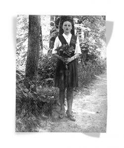 Александра Савина в сарафане с проймами, 1946 год. Фото из личного архива