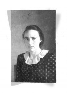 Александра Савина в ситцевом платье с белым воротничком, 1946 год. Фото из личного архива