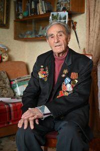 Ветеран за операцию в Берлине награжден медалями за боевые заслуги. Фото: Алексей Орлов