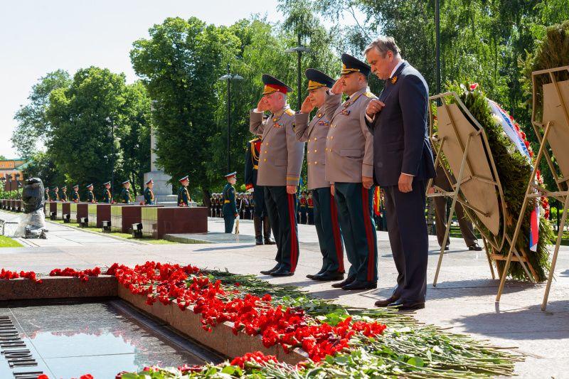 Руководство МЧС России возложило цветы к Могиле Неизвестного Солдата в Александровском саду