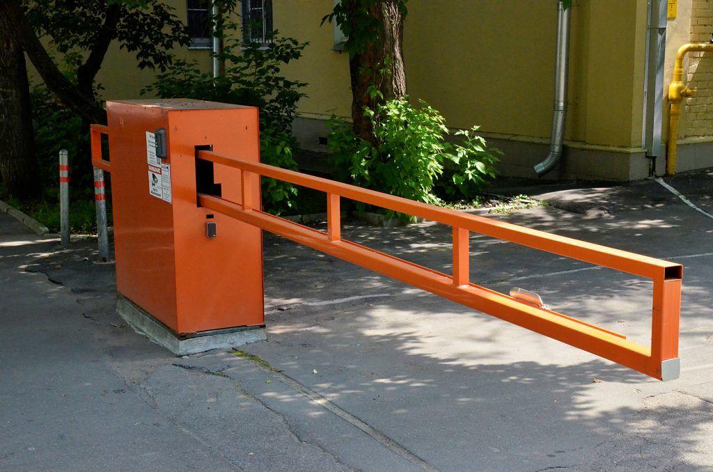 Столичным автомобилистам напомнили об оформлении абонементов на парковки со шлагбаумом