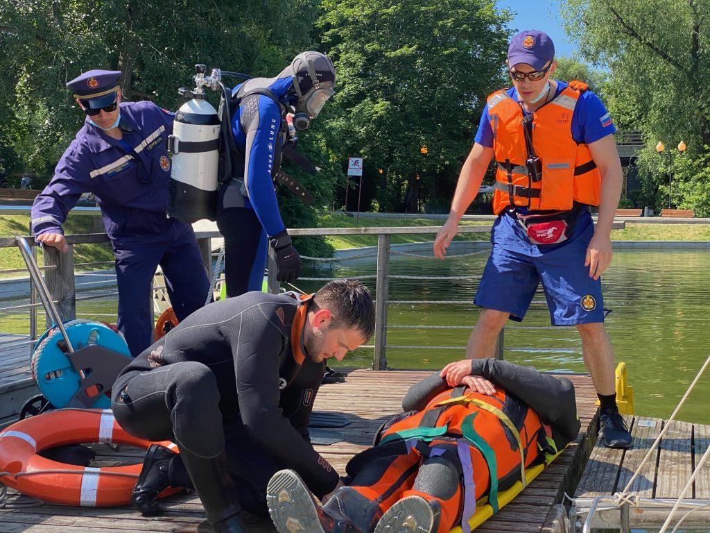 Водные спасатели провели тренировку в парке Горького