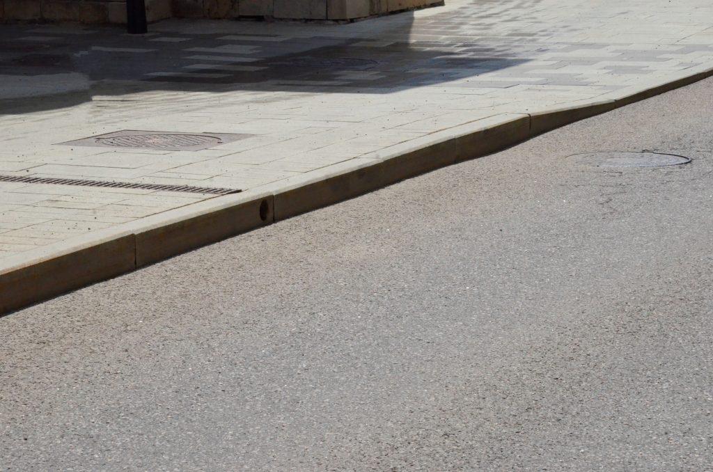 На территории Тверского района выполнили частичный ремонт дорожного полотна