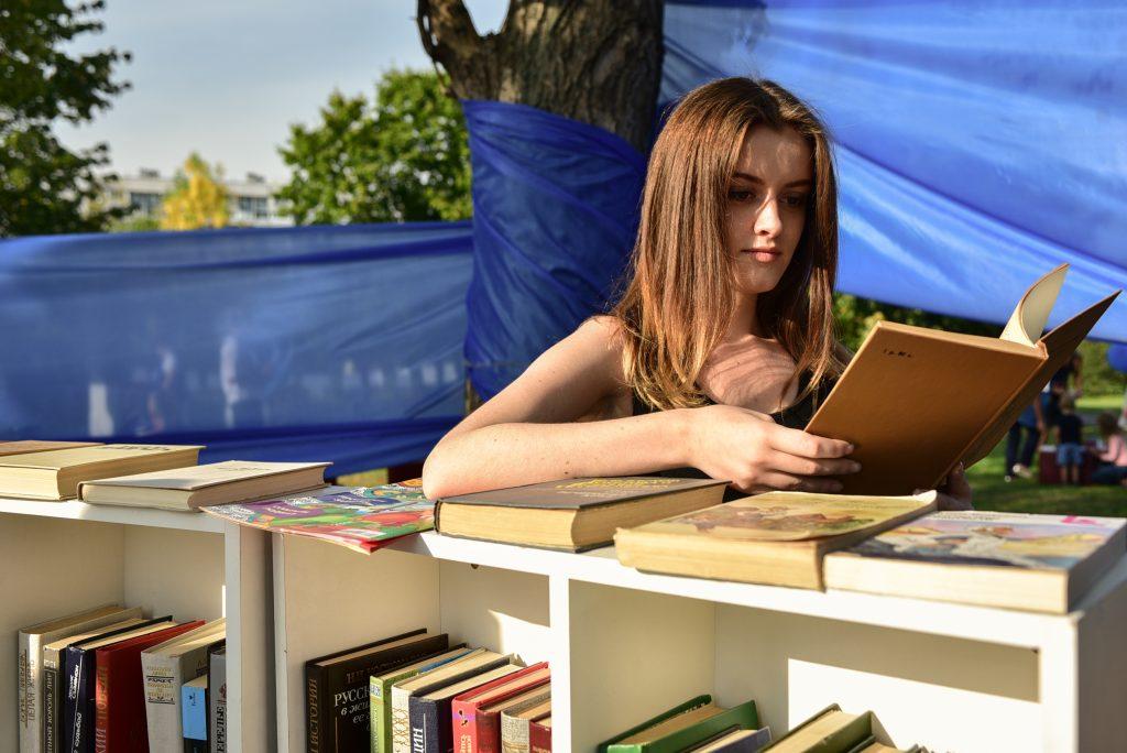 Летнюю читальню открыли в парке искусств «Музеон»
