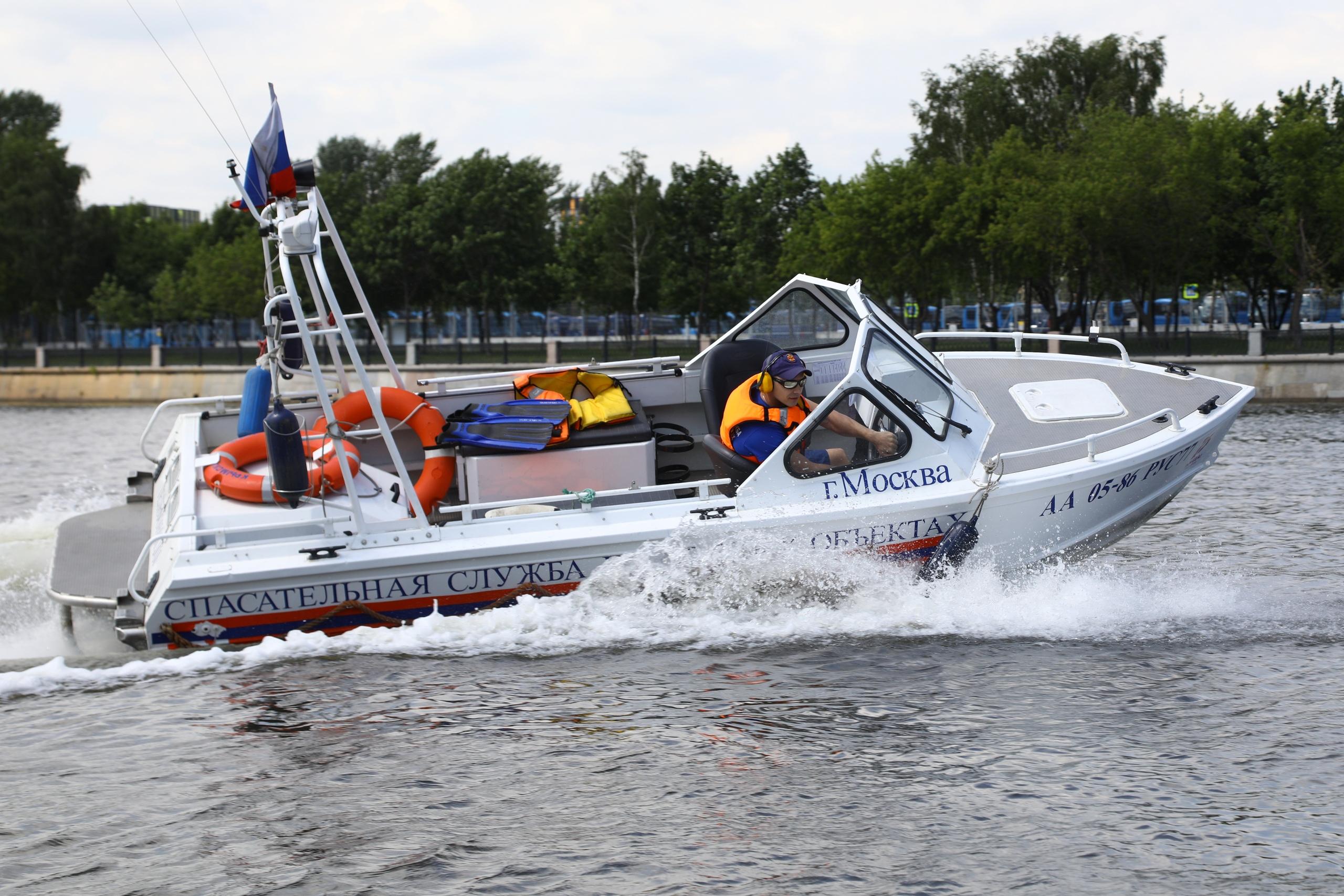 Во время патрулирования акватории сотрудники ПСС «Крымский мост» спасли человека. Фото: ГОЧСиПБ
