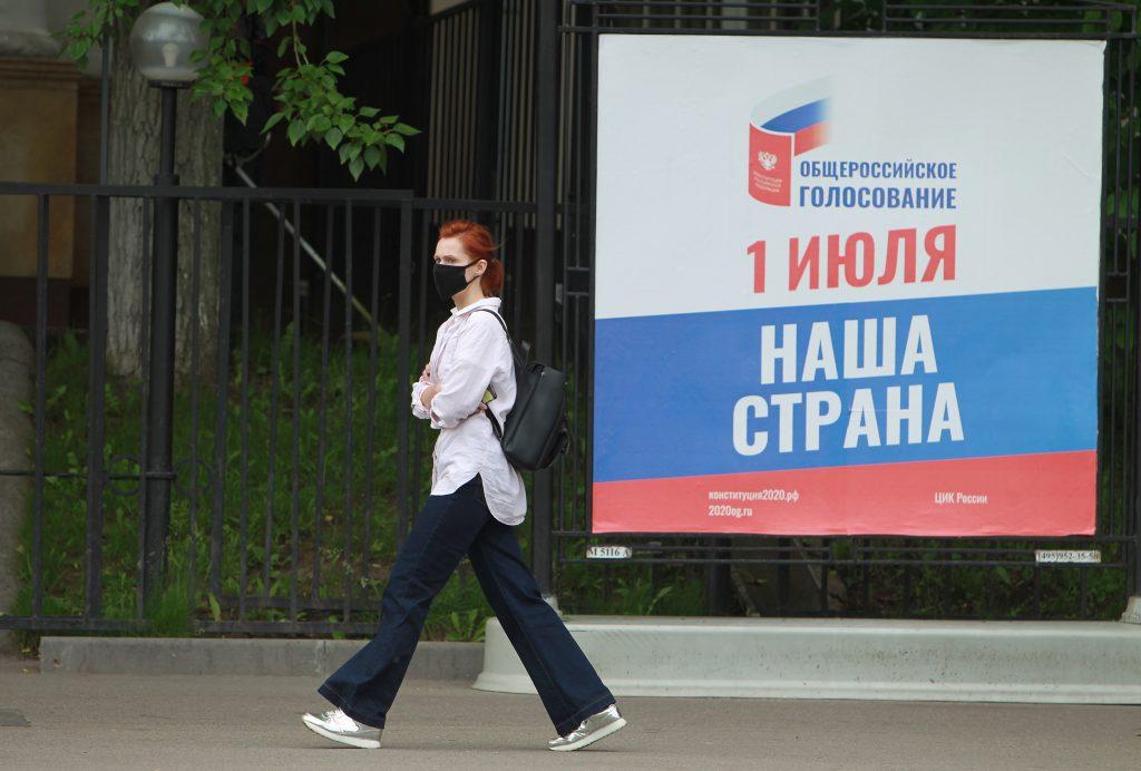 """Соблюдение санитарных норм контролируют на участках для голосования. Фото: Наталия Нечаева, """"Вечерняя Москва"""""""