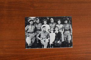 1945 год. Семья Данилкович — папа Михаил, племянница Валя, мама Ольга, брат Вася, сестры Женя иНина (в центре слева направо) с бойцами роты
