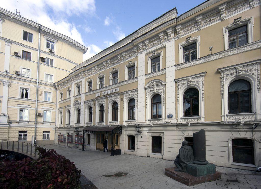 Фасад Дома журналиста до реставрации. Лепнину предстоит подлатать. Фото: Виталий Белоусов, РИА Новости