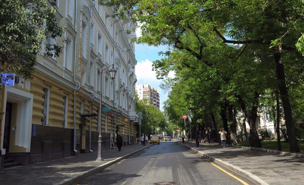 Аварийные деревья на Валовой улице убрали