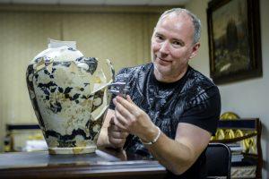 Археолог Константин Воронин с китайской вазой. Фото: Наталья Феоктистова