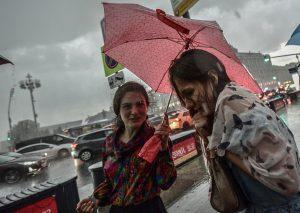 Пешеходам рекомендуется использовать зонт. Фото: Пелагия Замятина