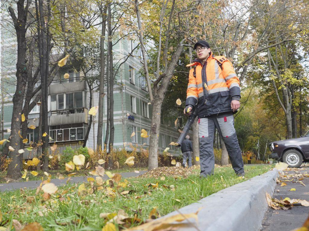 Сотрудники «Жилищника» промыли дороги и убрали листву на улицах Басманного района