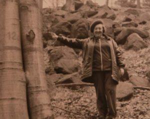 1975 год. Тамара Ильинична гуляет в лесу. Фото: из личного архива