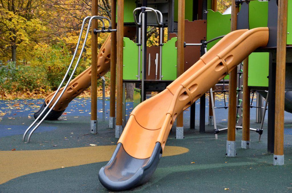 Новое резиновое покрытие постелилина детской площадкев Красносельском районе