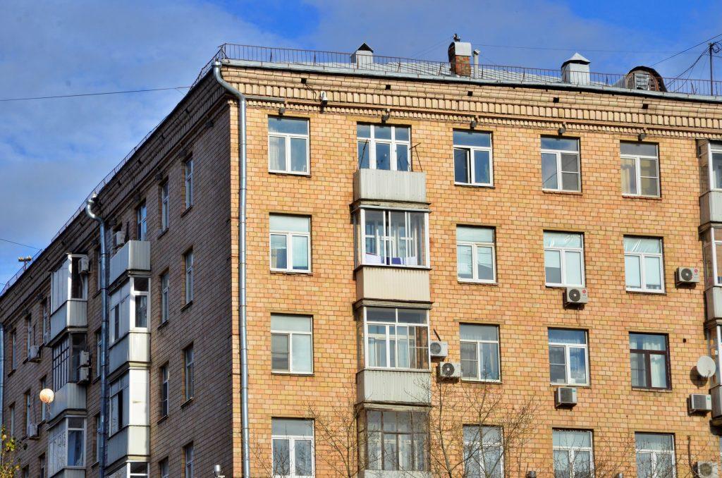 Замену окон проведут в подъездах жилого дома в Пресненском районе
