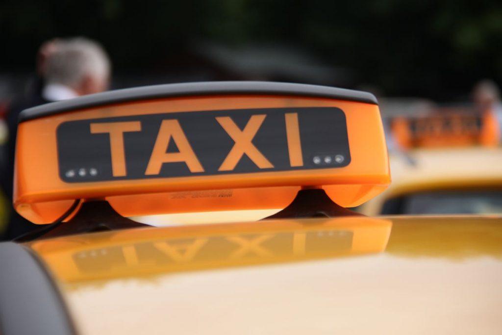 Упавшее в Яузу такси затруднило движение по двум набережным